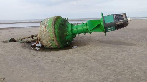 Bild 0 von Fahrwassertonne am Juister Strand wird bald abgeholt