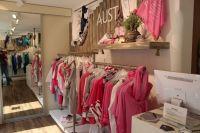 Bild 1 von Pino ist der Liebling in der neuen Aust-Boutique auf Juist
