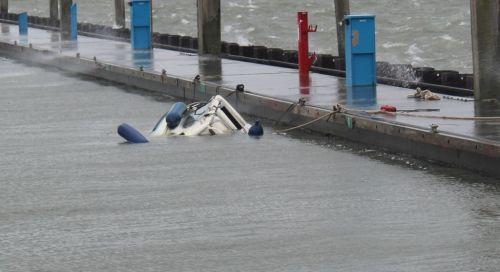Bild 0 von Motorboot im Juister Bootshafen gesunken