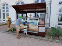 Bild 0 von Standhotel Kurhaus eröffnete Eisstand vor dem Haus