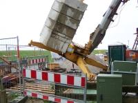 Bild 3 von Baukran stürzte um und blieb im Baugerüst hängen